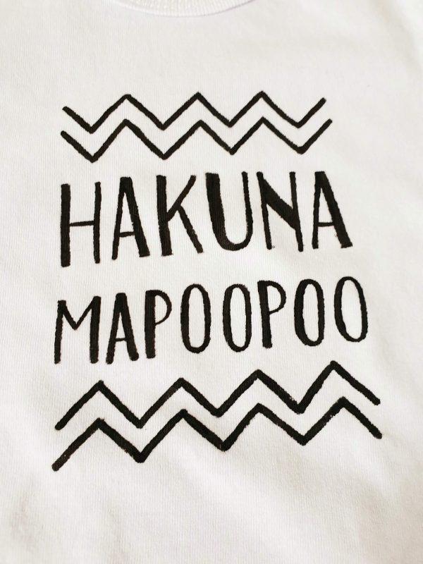 Ръчно рисувано бебешко боди – Hakuna Mapoopoo код: 5307 Бебешки дрехи бебешко боди